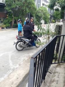 何事かと隣家の周りに集まってきた警備員たち