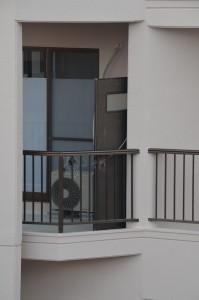 工事の人がドアを閉め忘れた無人の家(お向いさん)