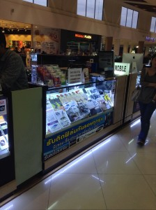 商業施設内の通路で携帯関連グッツを販売する店でSIMを購入