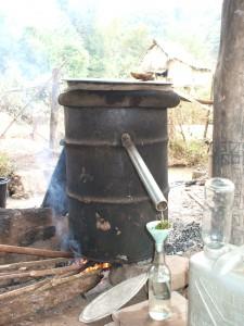 ドラム缶を利用したラオスの焼酎造り