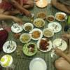バンコクに住むイサーン出身の人々の夕食風景