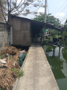 運河にそった小路にある生活空間