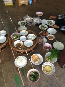 村人にが寄進されたおかずは、同じようなおかずをまとめて、配膳されてゆきます。
