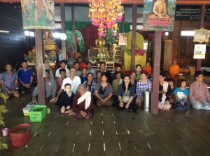タンブンに来た村人たちと集合写真