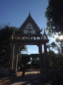 お寺の入口にはこのような門が設置されているところが多いです。