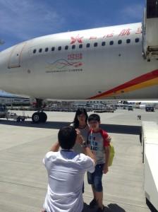香港航空の職員さんに写真をとってもらっている観光客