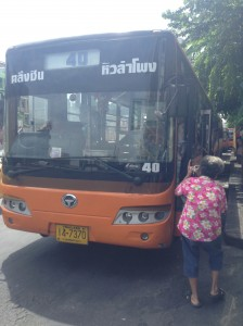 バンコク市内のバス40番:フアランポーン駅前出発に乗車