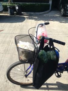 自転車に豆苗サラダを積んで市場で販売