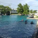 バンコク近郊の新興住宅街にあるプール
