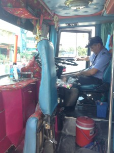 今回乗車した長距離バスの運転手さん。この運転手さんが出発から到着まで一人で運転していました。