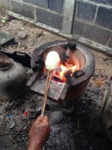 回しながら炙りあげるのが美味しく作るコツです。