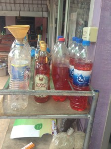 酒瓶やペットボトルに入れられたガソリン