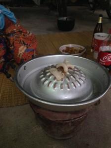 豚鍋(ムーガタ)専用鍋に油をひく