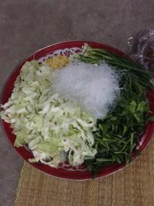 セットで購入した野菜類に、自家製の野菜を加えて準備