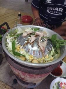 鍋の円周部分にダシ汁をいれ、野菜はそこで煮ます。