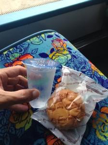 バスの中で配られたお菓子とお水