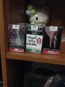 真中んの緑のタバコには「家の中ではタバコは吸わないで下さい。タバコの煙があなたの周りの人に悪影響を与えます」と、書かれています。