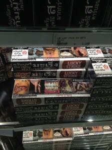 バンコク・スワンナプーム国際空港免税店で販売されているタバコ(ラッキーストライク)
