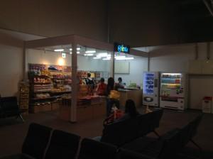 那覇国際空港LCCターミナル国際線出発ロビーの売店にはおみやげがほとんどで、弁当・おにぎり類の販売はなし
