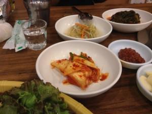 ソウル・カルビ食堂のおかず 3 白菜キムチ、もやしのあえ物