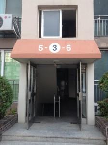 アパートの入り口。