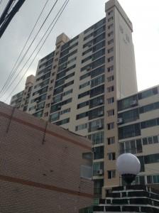 Airbnbを利用した宿泊・移動中のよく見る韓国の高層住宅。この建物の13Fの部屋に宿泊しました。