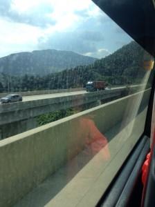 ツアーバスの水垢びっしりの窓