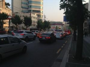 ソウルの町を走る車
