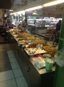 数多くの種類のおかずが並ぶぶっかけ飯食堂