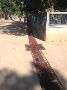 右側が部落長さんの自宅。自宅を超えた、子供がたっているところまでしか側溝が建設されていない。