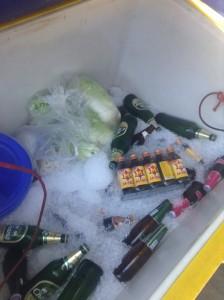 飲み物などが入ったクーラーボックス