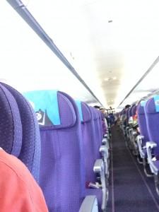 機内前方から後ろを見る