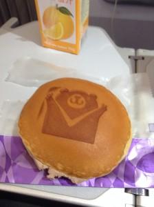 V AIR のマスコットが描かれた、どら焼きのようなお菓子