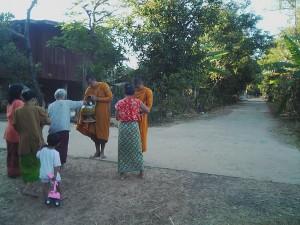 農村での朝の托鉢の様子