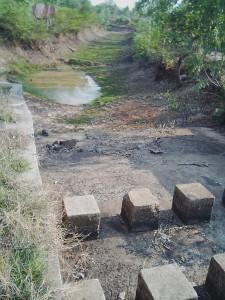 コンクリートで作られた堰のような構造物