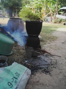薪を燃やして、カオニアオを蒸しています。