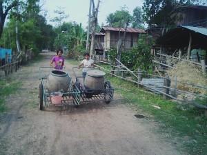 井戸へ水汲みに行く子どもたち