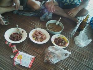 ラオカオで酒飲。つまみは、ラーブ・ルアッド(生の牛肉のタタキ)、ネーム(発酵ソーセージ)、ガイトム(鶏スープ)、鶏の足の唐揚げ、スイカの種等