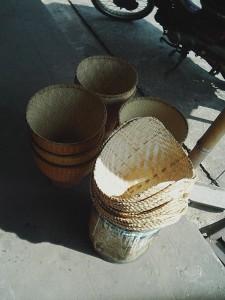 市場で販売されているカオニアオを蒸す道具