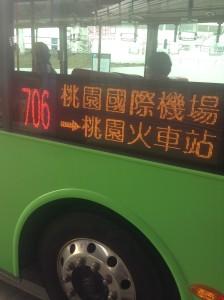 桃園駅行の706番バス